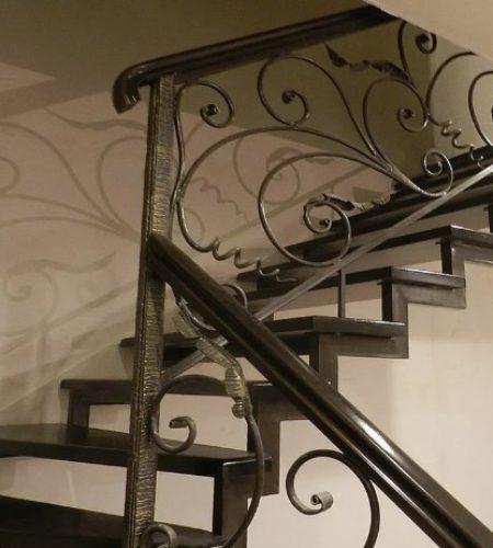 Металлокаркас лестницы с ковкой наковали 3