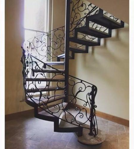Металлокаркас винтовой лестницы с ковкой наковали