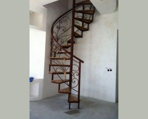 Винтовая кованая лестница 1